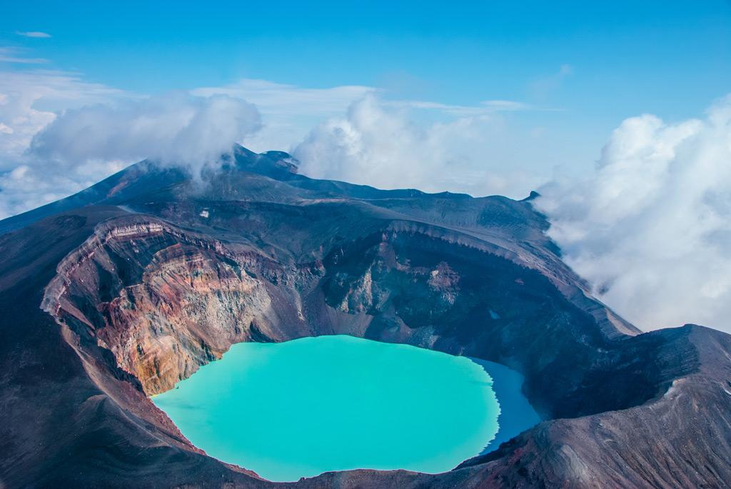 Фото: Озеро в кратере вулкана