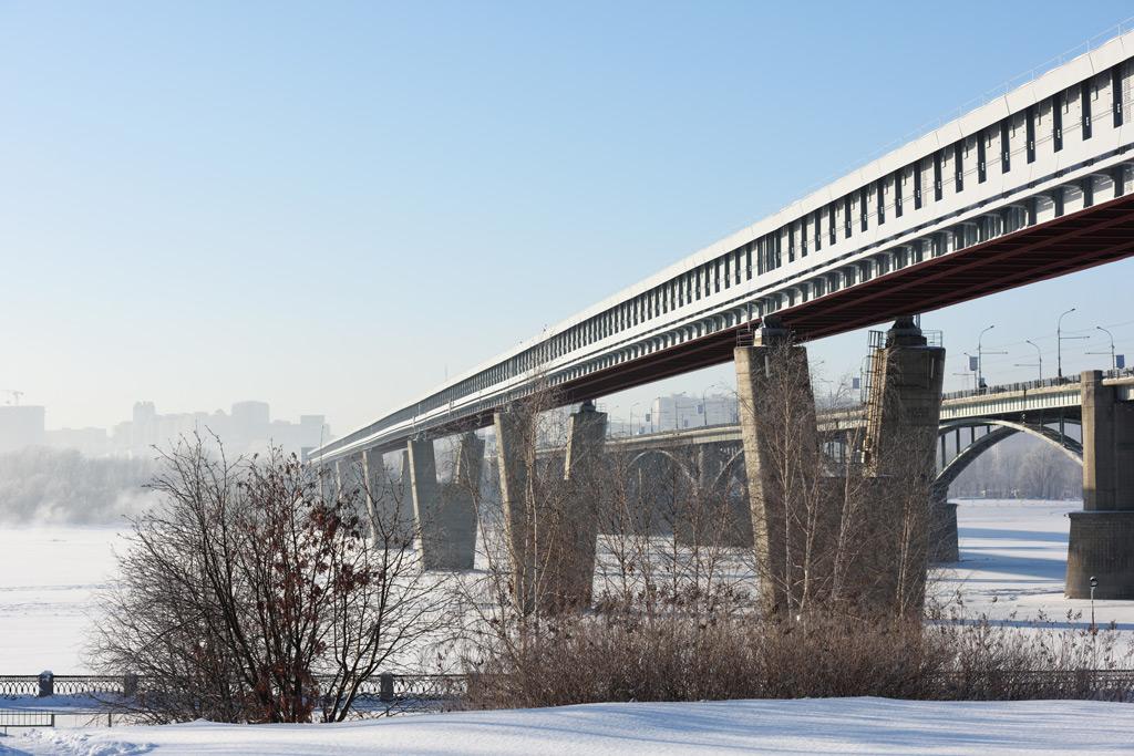 Фото: Метро по мосту через Обь