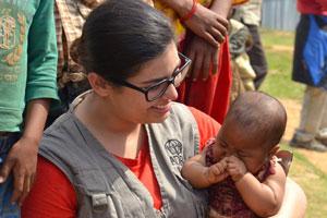 terremoto-nepal-natini-con-operatrice-adra