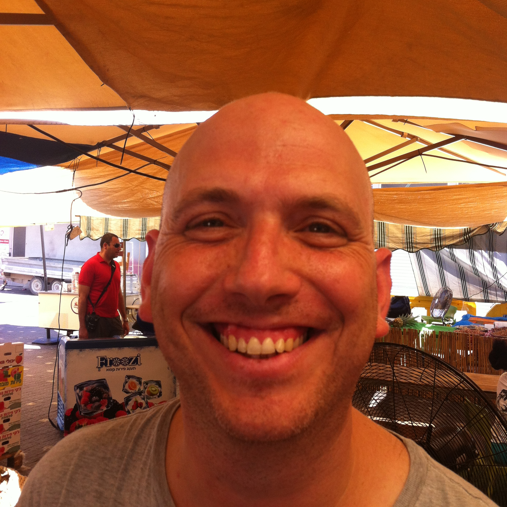 יובל הוא בחור קירח ומאושר בשוק האיכרים בתל אביב