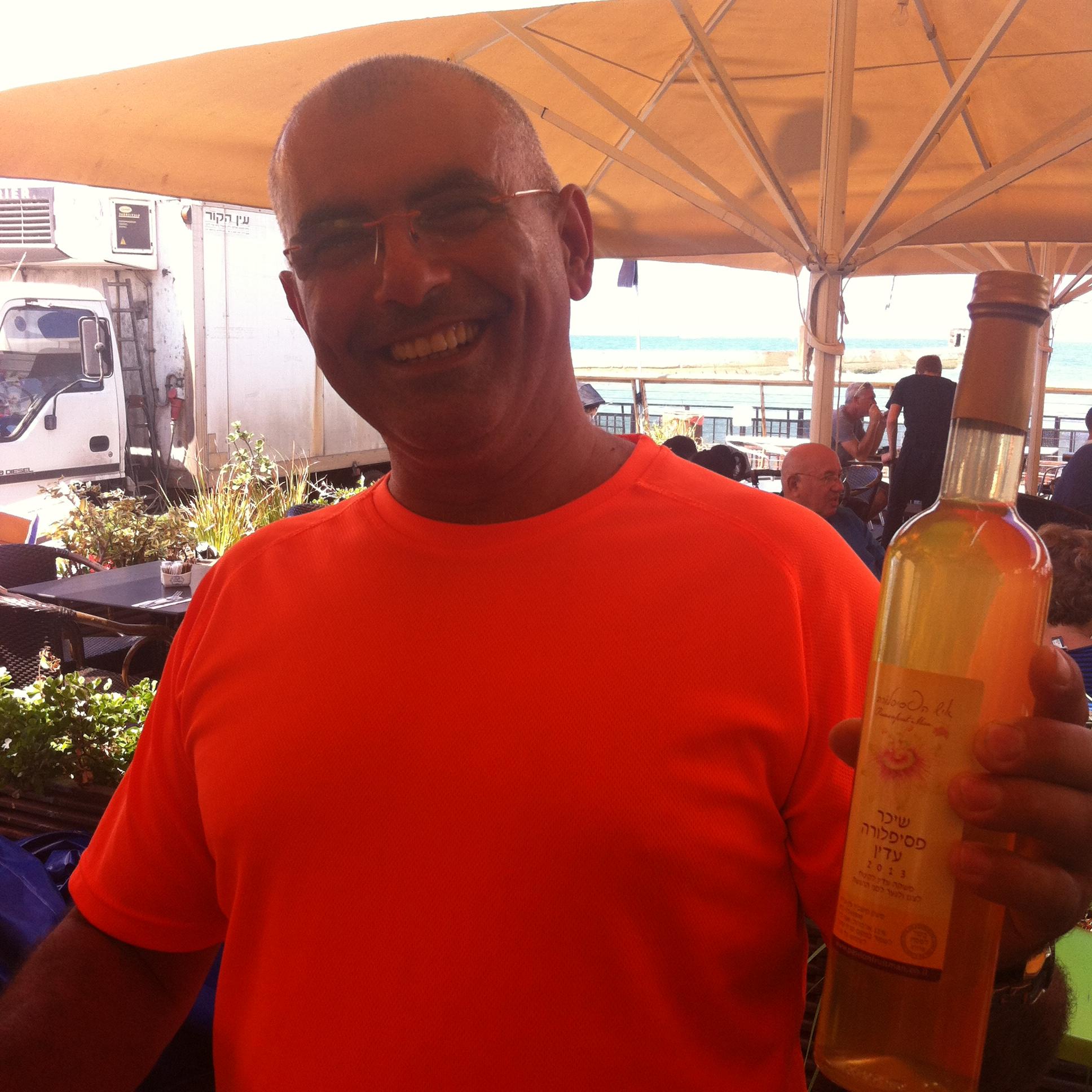 עמירם מוכר ליקר פסיפלורה בשוק האיכרים בתל אביב