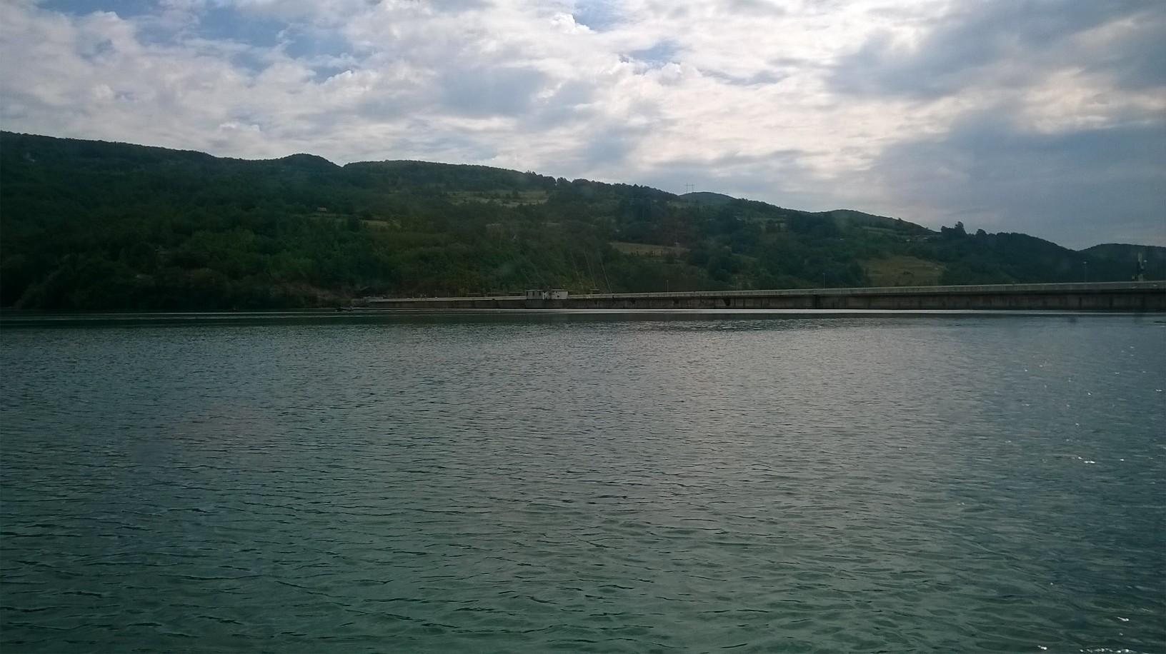језеро - поглед на брану