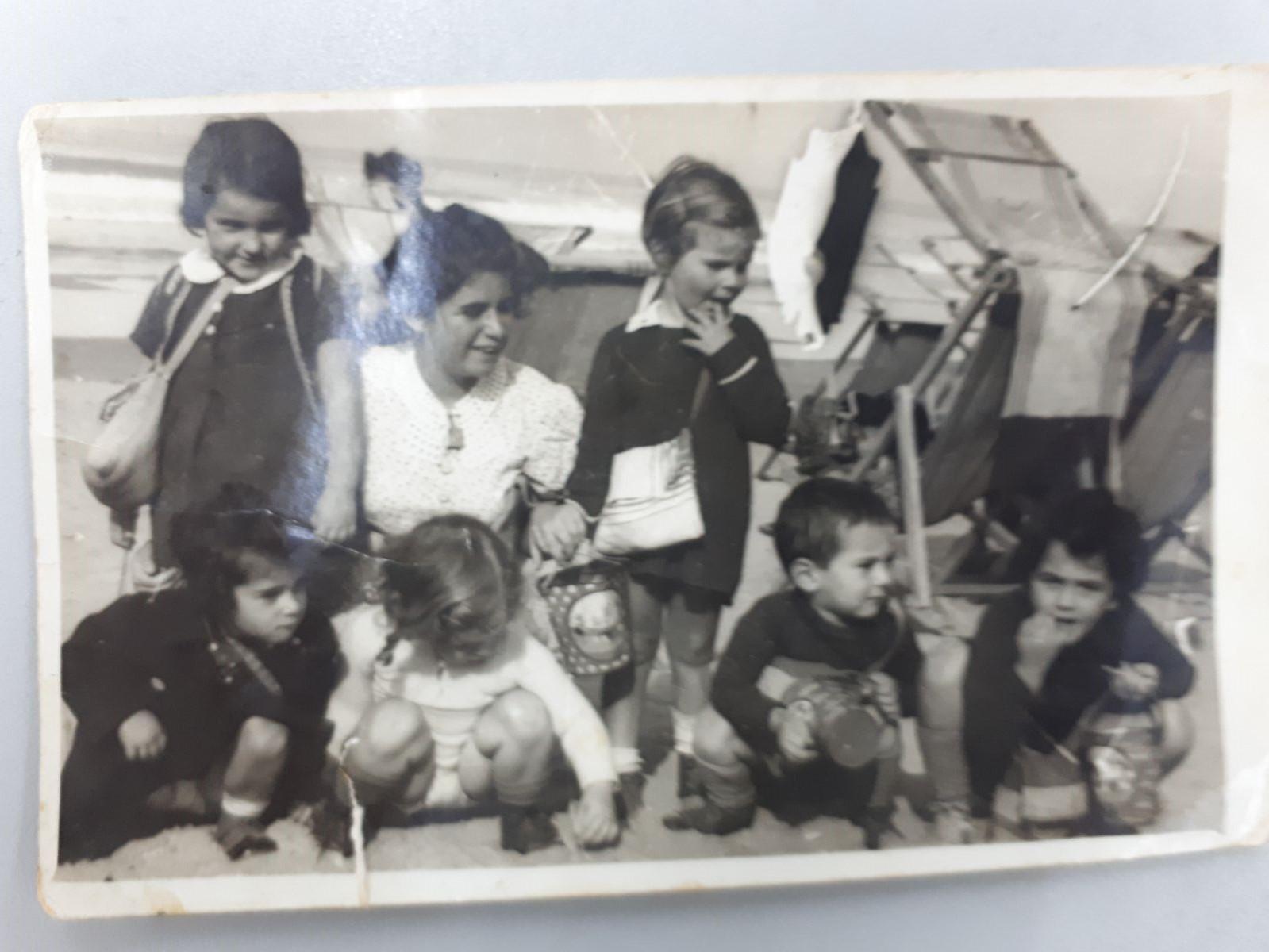 סבתא בגיל 3 על חוף הים עם הגנון
