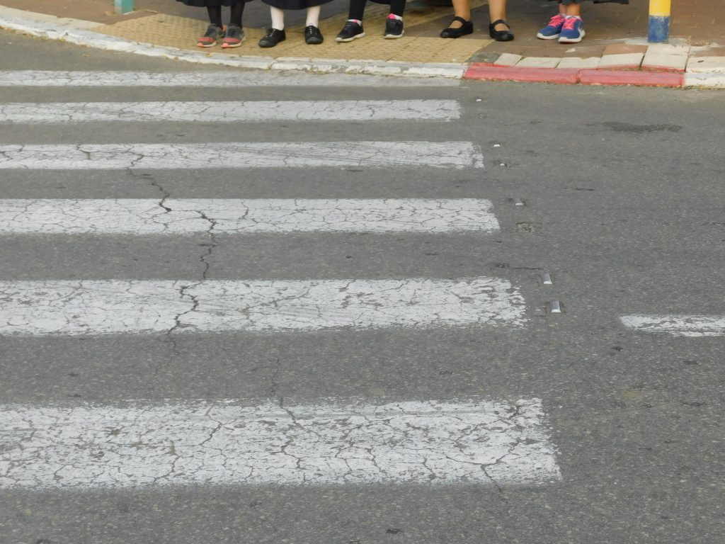 """כללי החצייה במעבר חצייה by orliy - Illustrated by אורלי רם - רכזת זה""""ב mispahatram@gmail.com - Ourboox.com"""