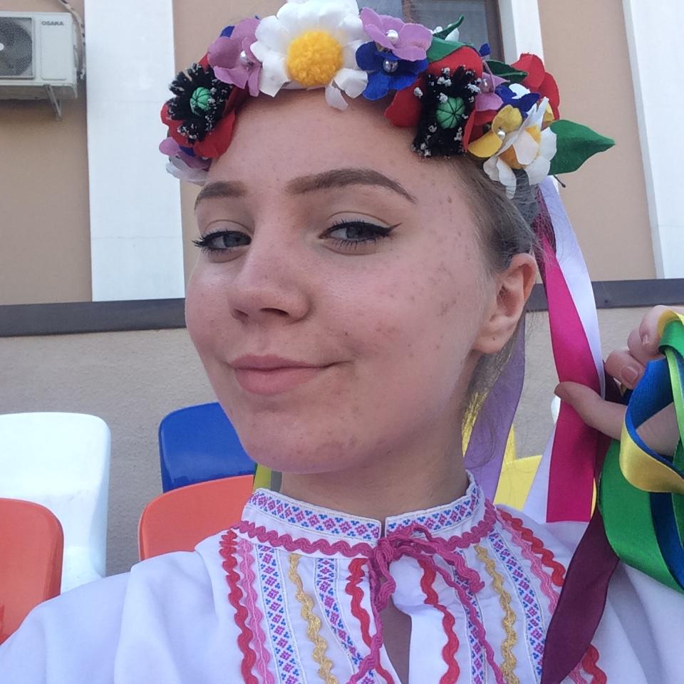 Lutsenko Yana by Oxana Tyetyerina - Illustrated by Ich heiße Yana . Ich lebe jetzt in Melitopol. In Melitopol lerne  № 24. In der Frezeit besuche ich meine Freunde, wir gehen oft ins Kino oder ins Café. Ich spiele Gitare. Ich mache aueh sehr gern Sport und Tanzen. - Ourboox.com