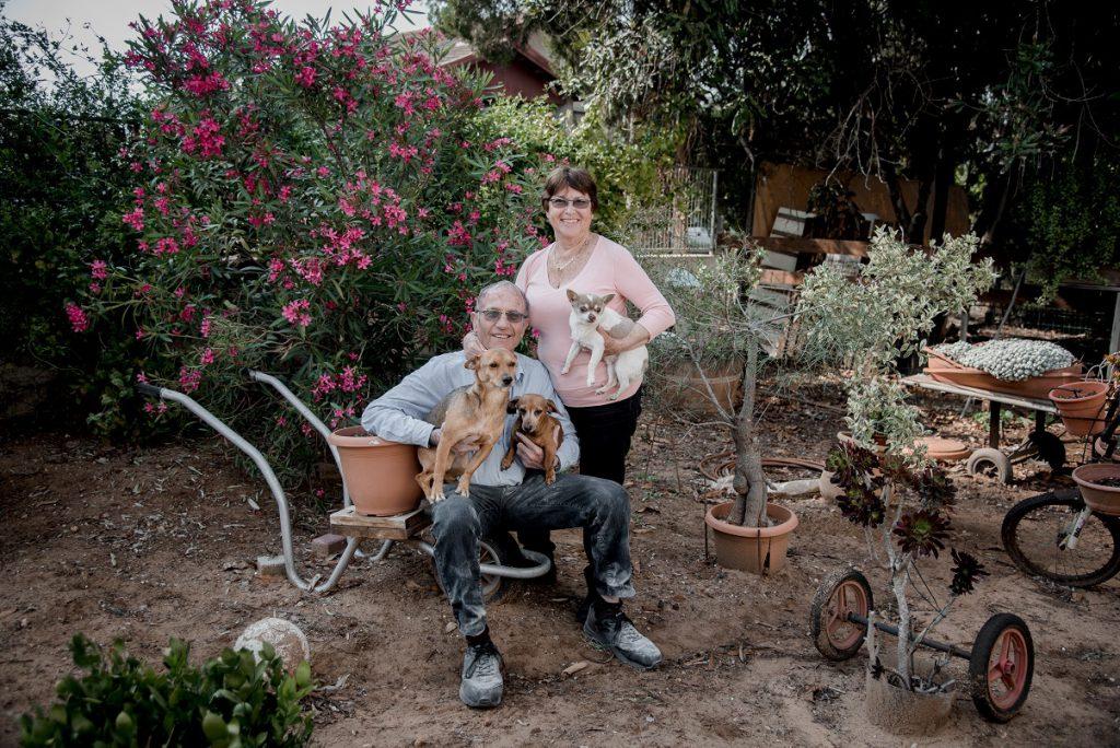משפחות בפתח ביתן בימי הקורונה 2020 – חיבת ציון by Lana Bar-Meir - Illustrated by צילום: דניאל בן-דב - Ourboox.com