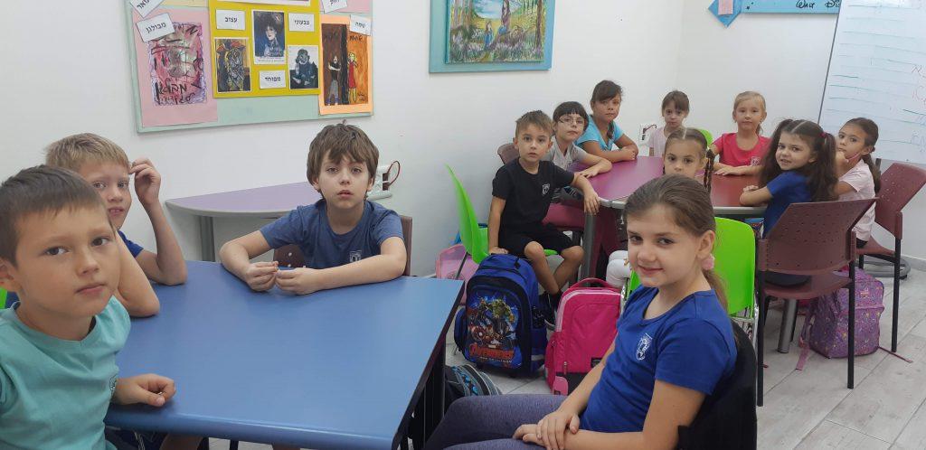 """אולפן """"דינור"""". עברית. תלמידים עולים by viki f. - Illustrated by ויקי פלדמן - Ourboox.com"""
