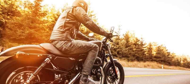 Un buen plan es viajar en moto en otoño