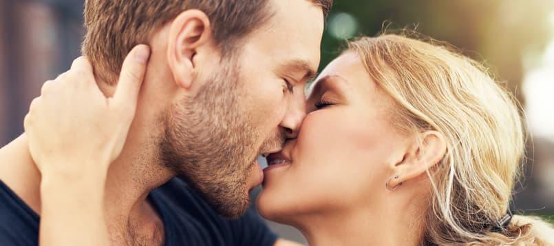 Beso-de-película-en-pareja-7