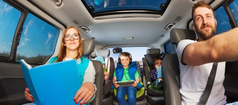 Entretener-a-un-niño-en-el-coche-5