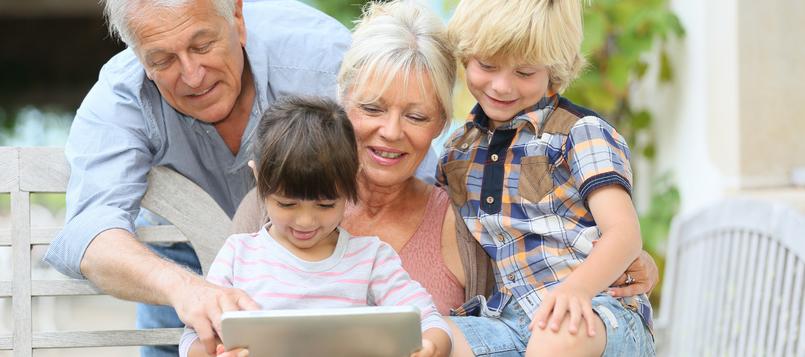 Jugar-con-la-tablet-y-los-abuelos-3