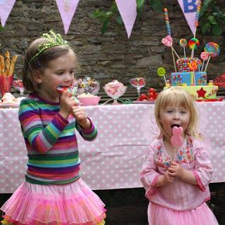 girls eating lollies