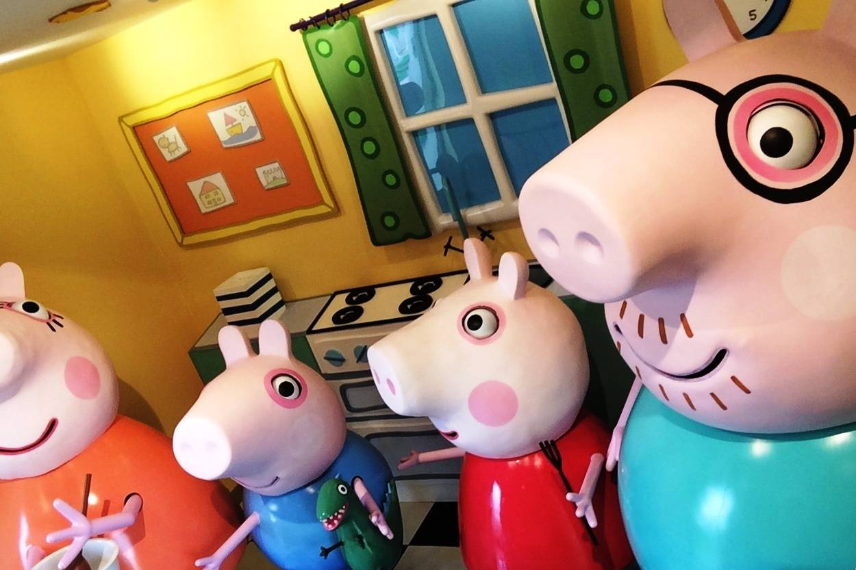 Peppa and family making Pan Cakes