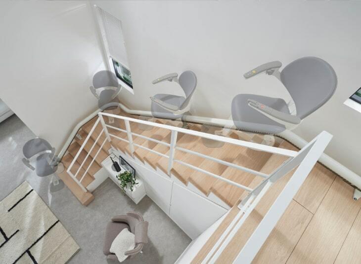 Flow X Kurviger Treppenlift Auf Der Treppe