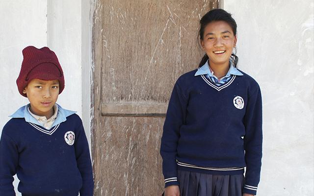 Kouluvaatteet Lapselle Nepalissa Pelastakaa Lapset Ry