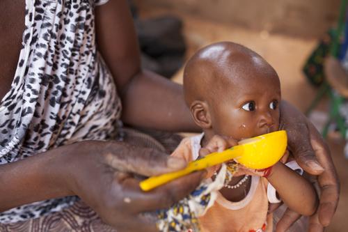 Barry Fatimatan nuorin tytär, kuusikuukautinen Diandé on hyvin pieni ikäisekseen. Hänet ohjattiin ravitsemuskeskukseen, jossa hänen äitiään opetettiin valmistamaan rikastettua puuroa ja neuvottiin rintaruokinnasta. Kuva: Eeva Johansson / Pelastakaa Lapset
