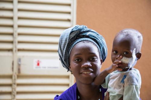 Pelastakaa Lasten ylläpitämillä sairaalaosastoilla hoidetaan hengenvaarassa olevia, vakavasti aliravittuja lapsia. Helmi-toukokuun välisenä aikana yli 300 lasta sai apua osastoilla.
