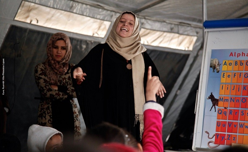 Kuvassa on yksi naisopettajista, jotka Pelastakaa Lapset on palkannut suoraan Jad-an pakolaisleiriltä. Naiset opettavat lapsia leirin väliaikaisissa oppimistiloissa.