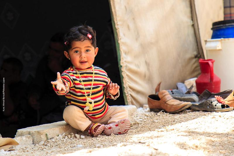 10-kuukauden ikäinen Dalia istuu perheensä teltan edessä Pohjois-Syyrian pakolaisleirillä.