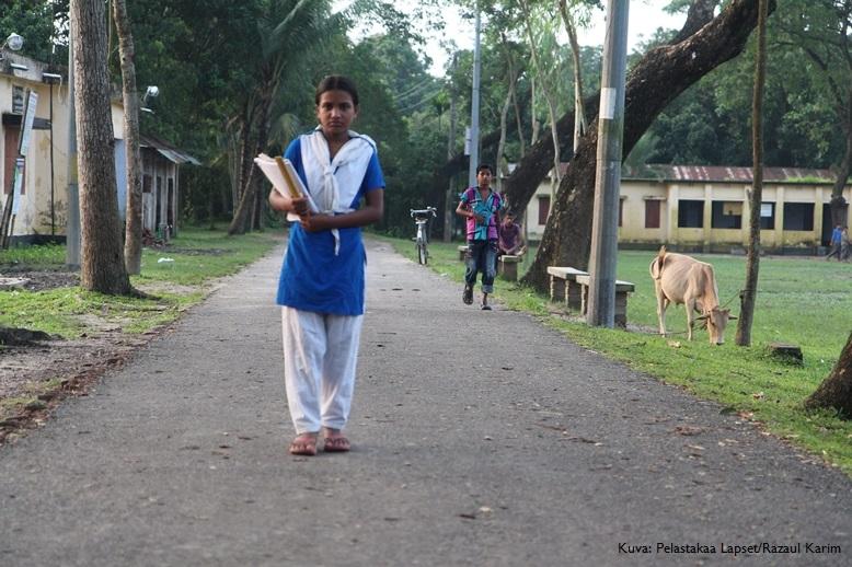 Shoma (kuvassa etualalla) sai uuden mahdollisuuden koulunkäyntiin Pelastakaa Lasten avulla.