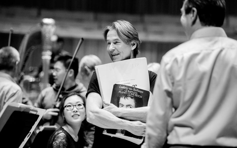Esa-Pekka Salonen talking to Philharmonia players