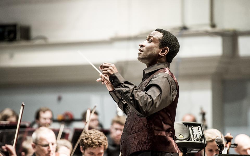 Kwamé Ryan conducting the Philharmonia
