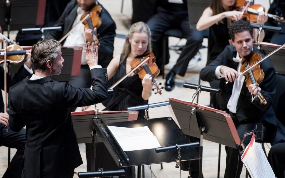 Esa-Pekka Salonen conducting
