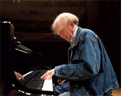 Вячеслав Новиков одинаково хорошо играет джаз, классику и современную музыку...