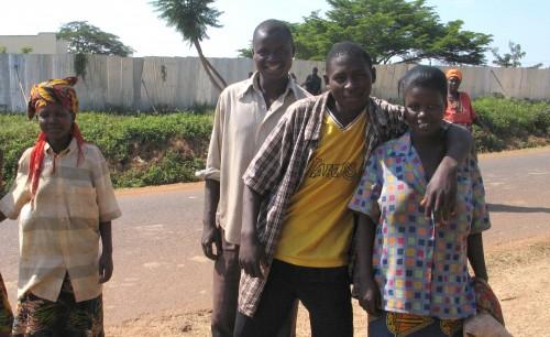 Ystävykset Burundissa - Henkilöt eivät liity juttuun.