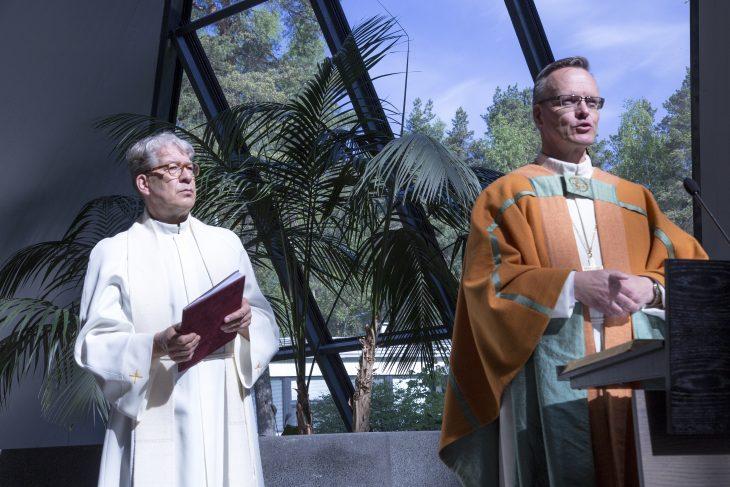 Kirkkoherra Ilkka Järvinen ja piispa Tapio Luoma Juhlamessussa