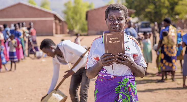 Malawilainen nainen pitää kädessään Raamattua
