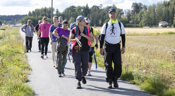 pyhiinvaeltajat kävelevät Pernajassa