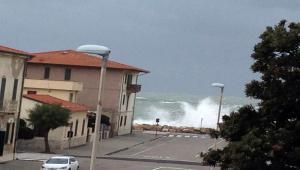 Pericolo mareggiate  prolungato l allerta meteo sulla costa pisana ead0669fcc7