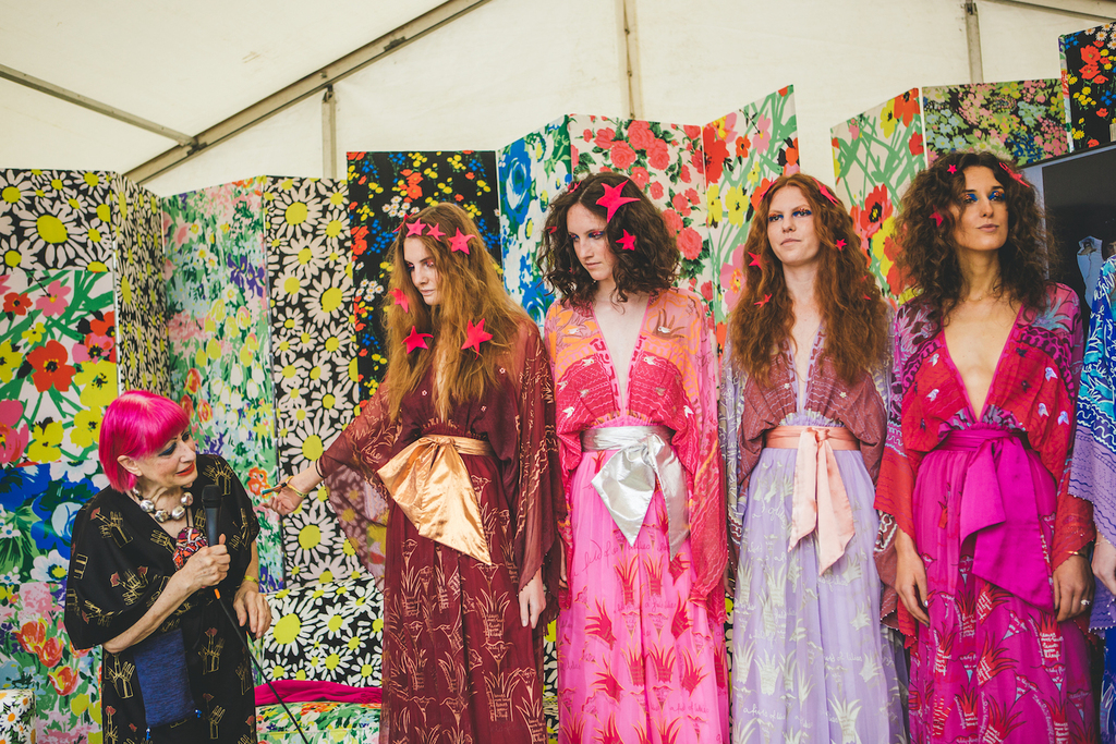 Zandra rhodes and models at port eliot festival  cornwall  29 july 2017. image louise roberts
