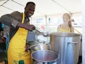 Studierende, Schüler und Flüchtlinge kochen mit Sternekoch Frank Oehler