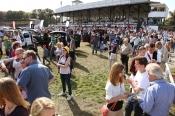 Boxenstopp – Autoshow & Pferderennen