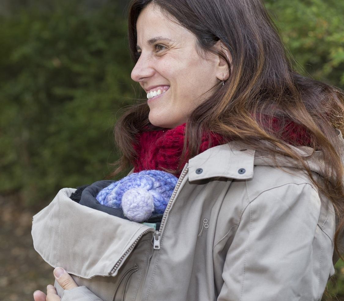 abrigo-coat-portabebs-babywearing-Momawo-Camel-Postura-Ranita