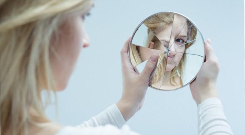 mujer-con-espejo-roto.jpg