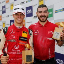 Schumacher vince e guida la classifica