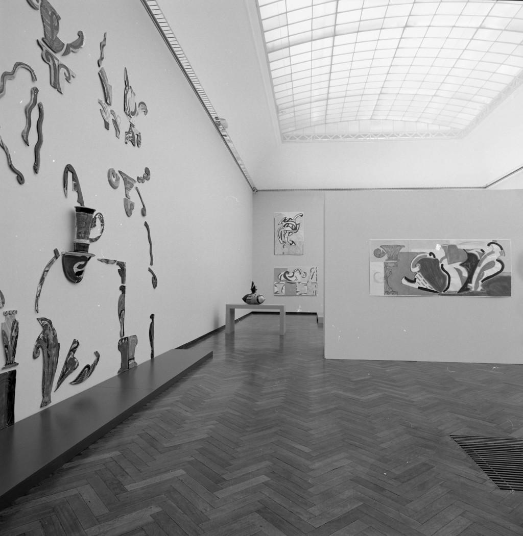 Zaaloverzicht tentoonstelling Betty Woodman, Stedelijk Museum, 1996, met geheel achteraan, boven, Drawing #7, 1995, gemengde techniek op papier, 188 x 127 cm (vier delen, elk 93,5 x 63,5 cm), Stedelijk Museum, Amsterdam, schenking kunstenaar.