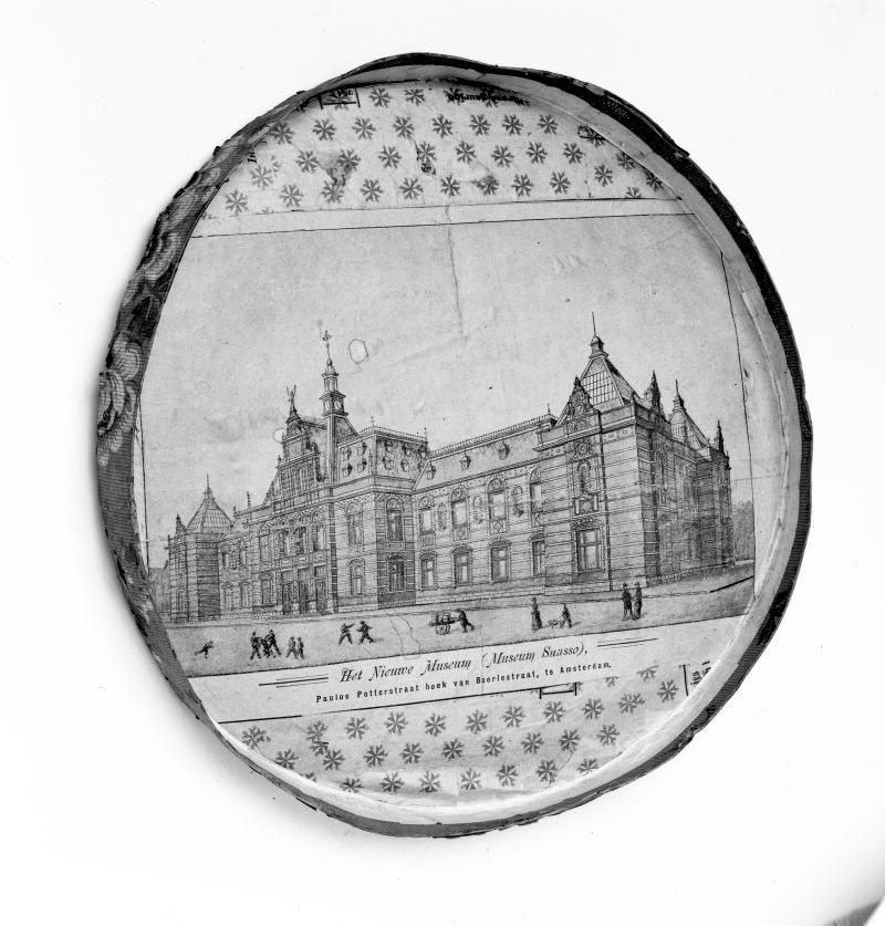 Hat box lid with glued-on reproduction of a drawing of the planned Stedelijk Museum, ca. 1893 gift of H. F. Roman Jr., Leiden, 1957.