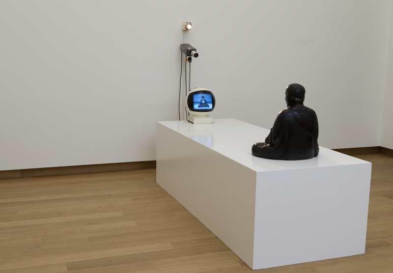 Zaalopname TV-boeddha, Nam June Paik, 1974. Collectie Stedelijk Museum Amsterdam