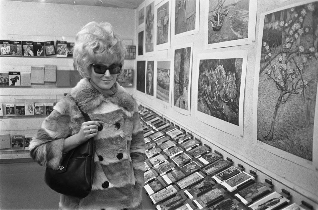 De Amerikaanse zangeres Dusty Springfield brengt een bezoek aan het Stedelijk Museum