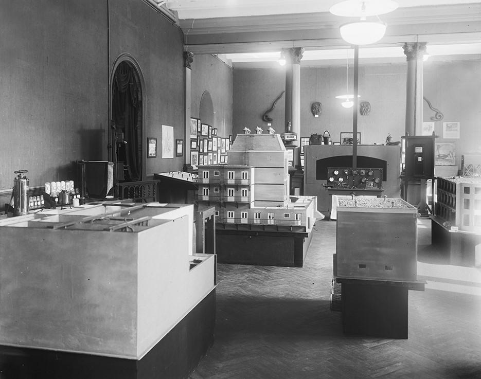 De ornamenten op hun oorspronkelijke plek in zaal 0.1. Foto: 1924 (Brandweer-tentoonstelling).