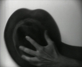 John Baldessari, Folding Hat, videoperformance, 1971, collectie Stedelijk Museum Amsterdam