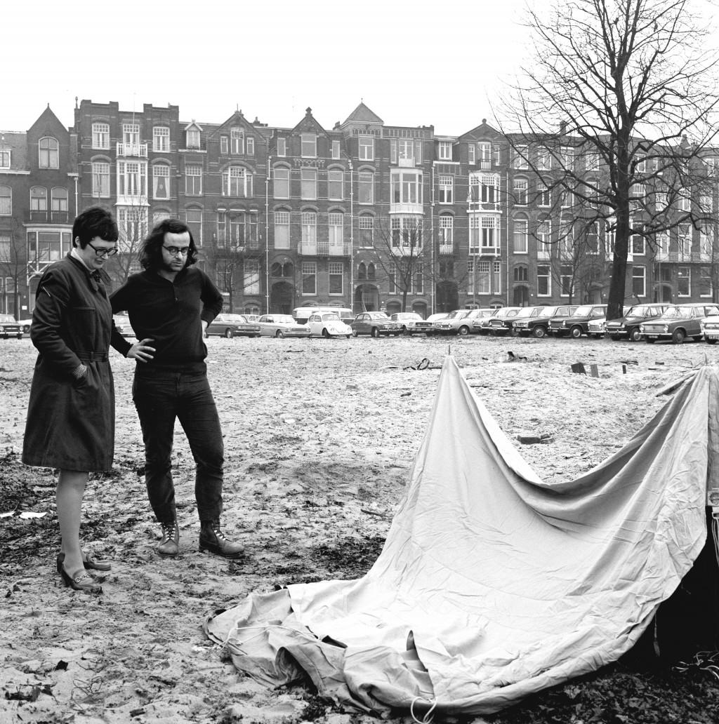 Rini Dippel en Emilio Prini bij de voorbereiding van de tentoonstelling Op losse schroeven in 1969