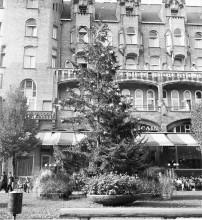 Wim T. Schippers, documentatiefoto van 'Indian Summer kerstboom' op het Leidseplein in Amsterdam, augustus 1969. Foto Stedelijk Museum Amsterdam