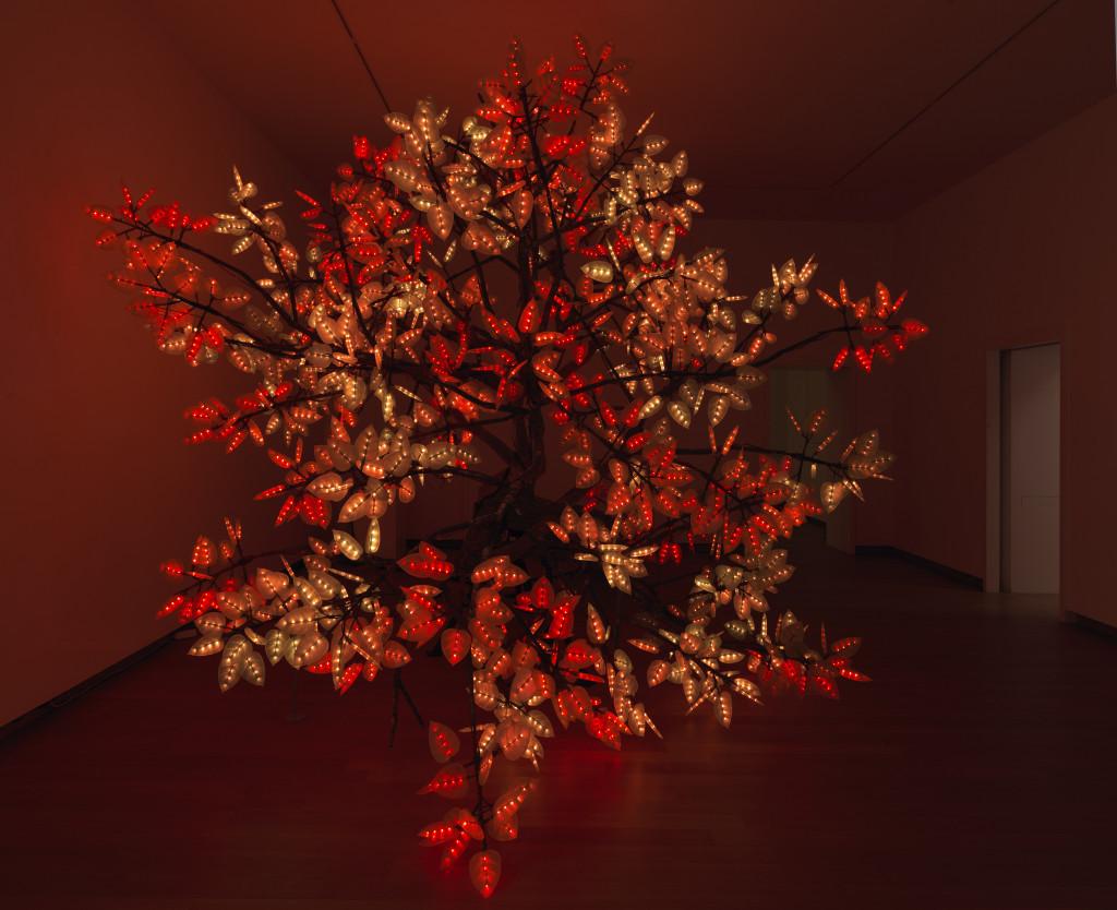 Zaalopname Studio Drift: Coded Nature, 2018, Stedelijk Museum Amsterdam. Gazm en Studio Drift, tak van Tree of Ténéré, prototype 2017, met dank aan Pace Gallery, New York. Foto: Gert Jan van Rooij