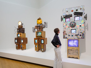 Zaaloverzicht Nam June Paik – The Future is Now, Stedelijk Museum Amsterdam (14 maart t/m 23 augustus 2020). Foto: Peter Tijhuis