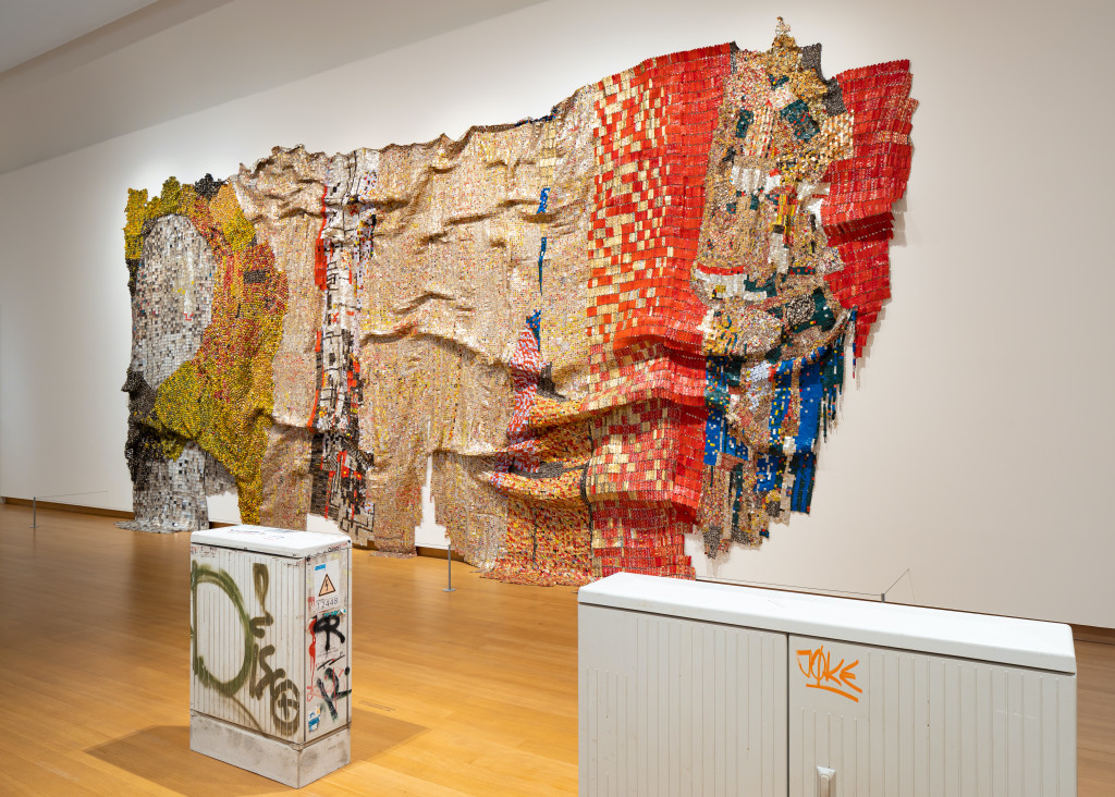 El Anatsui, In the World But Don't Know the World, 2009. Sigg Collection (behind) and Klara Lidén, Disco (left) en Joke (right), 2020. Thanks to Sadie Coles HQ, Londen. Photo Peter Tijhuis
